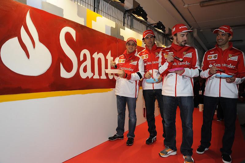пилоты Ferrari разукрашивают красками логотип Santander 3 марта 2013