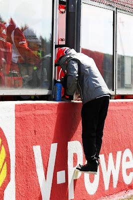 Льюис Хэмилтон поднимается за ограждение к Ferrari на Гран-при Бельгии 2012