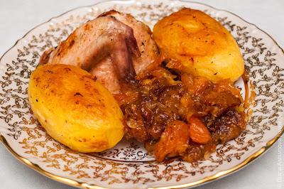 сухофрукты и курица с картошкой в духовке