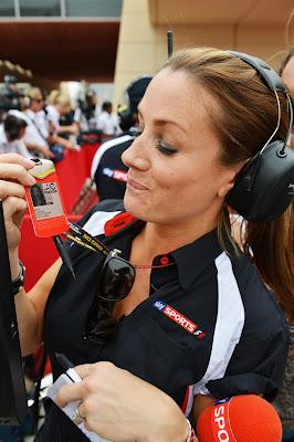 Натали Пинкхэм и пропуск с подрисованными усами на Гран-при Бахрейна 2013