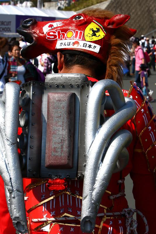 болельщик Ferrari с двигателем на спине на Гран-при Японии 2011
