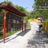 小路旁邊可以看到井頭上村居民的信箱。