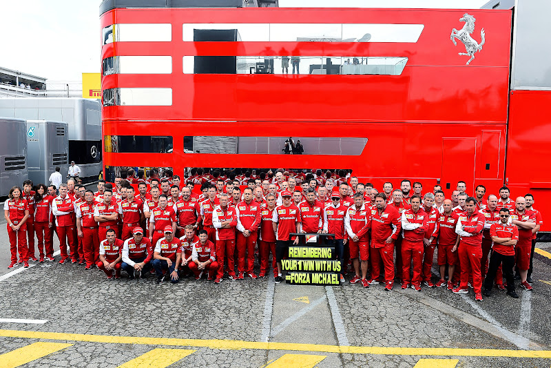 фото команды Ferrari в поддержку Михаэля Шумахера на Гран-при Испании 2014