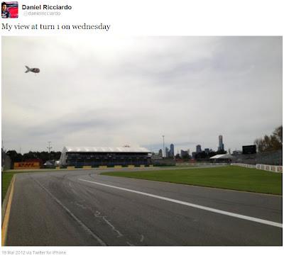 Даниэль Риккардо фотографирует первый поворот Альберт-Парка в среду на Гран-при Австралии 2012