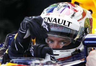 Себастьян Феттель в шлеме в кокпите Red Bull на Гран-при Сингапура 2011