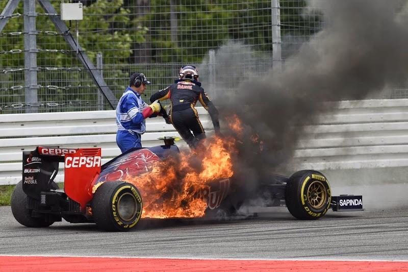 Даниил Квят выпрыгивает из горящего Toro Rosso на Гран-при Германии 2014