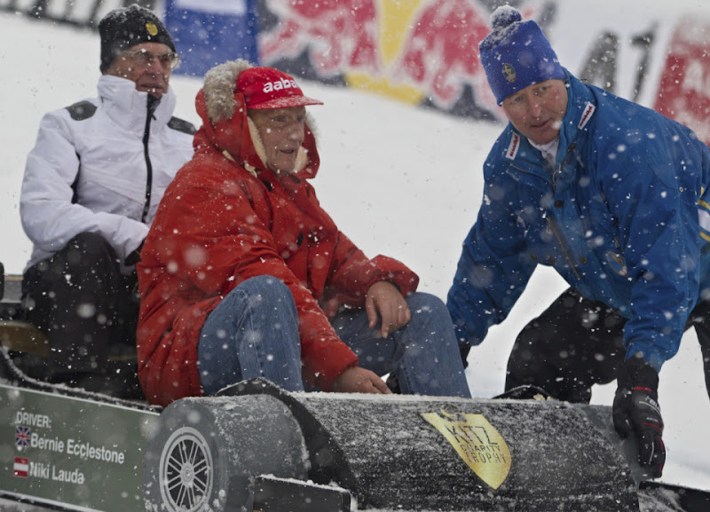 Ники Лауда и Берни Экклстоун катаются на санках в Австрии в январе 2012