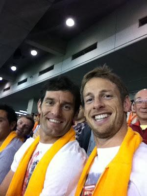 улыбающиеся Марк Уэббер и Дженсон Баттон на бейсбольном матче в Японии