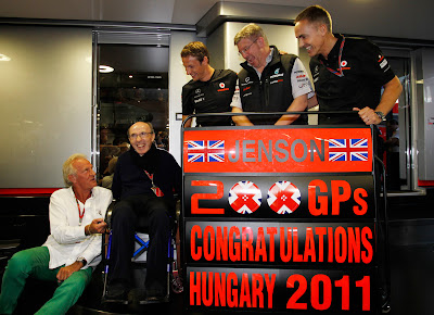 Джон Баттон Фрэнк Уильямс Росс Браун Мартин Уитмарш поздравляют Дженсона Баттона с 200-ым Гран-при на Гран-при Венгрии 2011