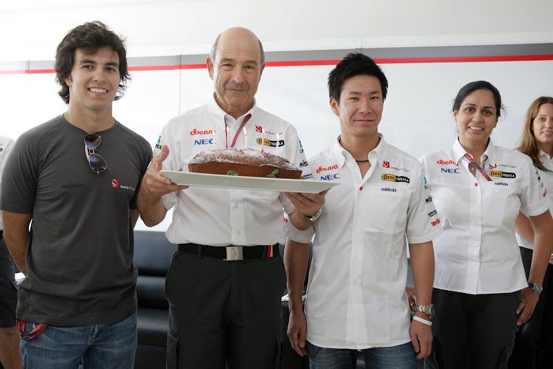 Петер Заубер с тортом в окружении пилотов и Мониши Кальтенборн Гран-при Кореи 2011