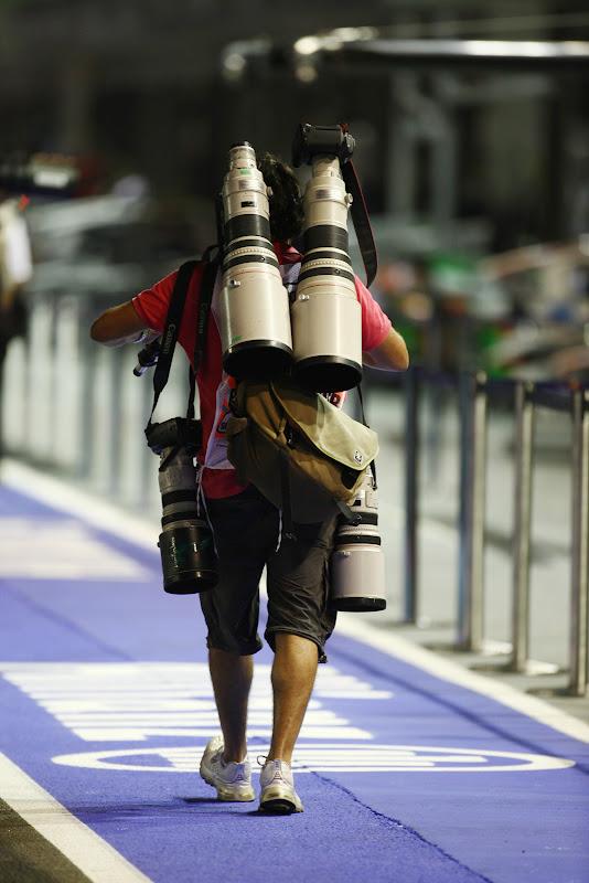 увешанный техникой фотограф на Гран-при Сингапура 2011