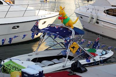 лодка болельщиков Марка Уэббера на Гран-при Абу-Даби 2012