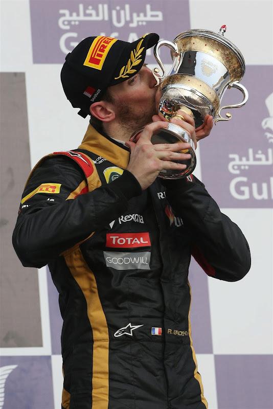 Ромэн Грожан целует кубок на подиуме Гран-при Бахрейна 2013