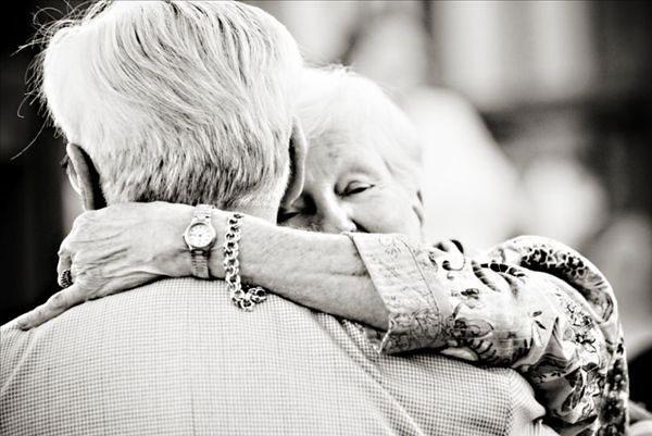 Ảnh ông bà yêu thương nhau