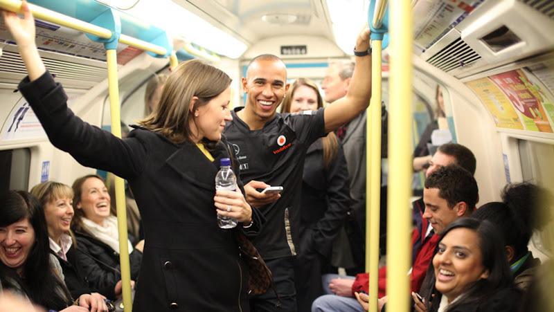 Льюис Хэмилтон в лондонской подземке 1 декабря 2011