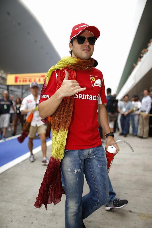 Фелипе Масса с индийским шарфом на Гран-при Индии 2013