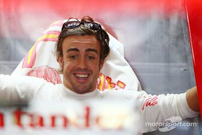 удивленный и улыбающийся Фернандо Алонсо на Гран-при Японии 2013