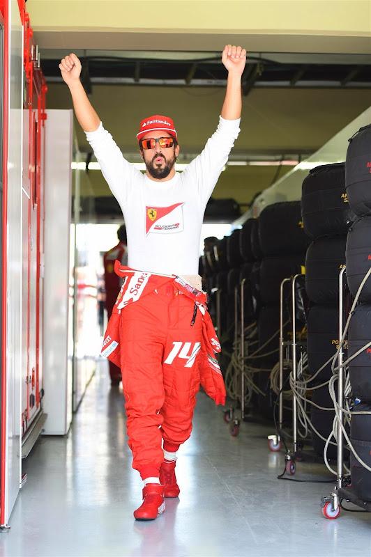 потягивающийся Фернандо Алонсо на Гран-при Бразилии 2014
