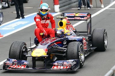 Марк Уэббер подвозит Фернандо Алонсо на своем Red Bull после финиша гонки Гран-при Германии 2011 на трассе Нюрбургринг