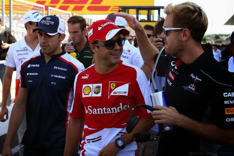 Себастьян Феттель шутит над Фелипе Массой во время парада пилотов Гран-при Японии 2013