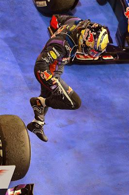 Себастьян Феттель спрыгивает со своего Red Bull после победы на Гран-при Абу-Даби 2013