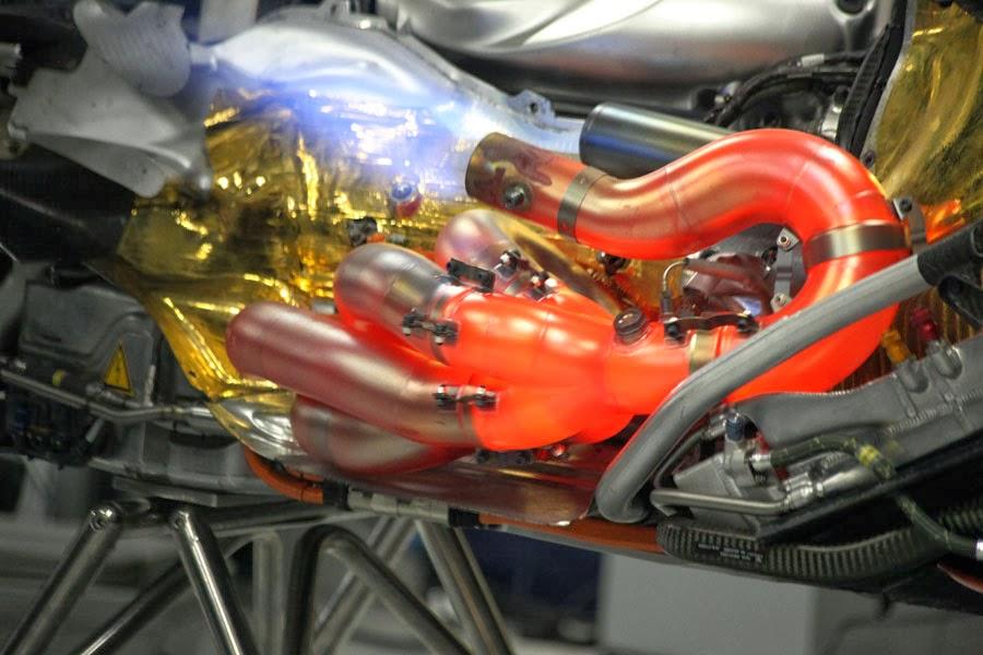 раскаленные выхлопные трубы Red Bull Renault V8