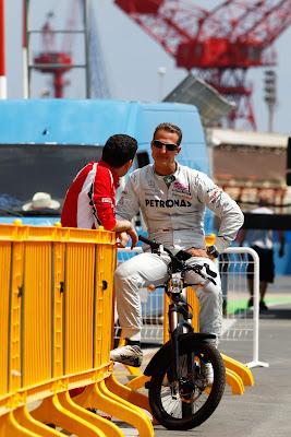Михаэль Шумахер подъезжает к Андреа Стелле на Гран-при Европы 2011
