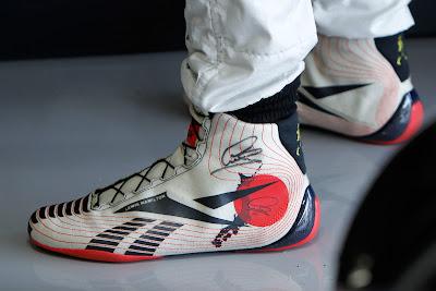 uоночная обувь Льюиса Хэмилтона с японской символикой на Гран-при Японии 2011