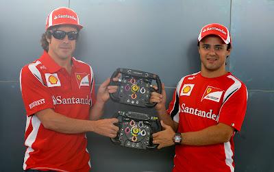 Фернандо Алонсо и Фелипе Масса держат рули Ferrari на Гран-при Италии 2011