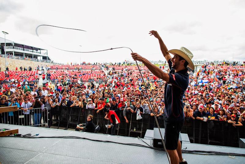 Даниэль Риккардо практикует лассо перед болельщиками Остина на Гран-при США 2013
