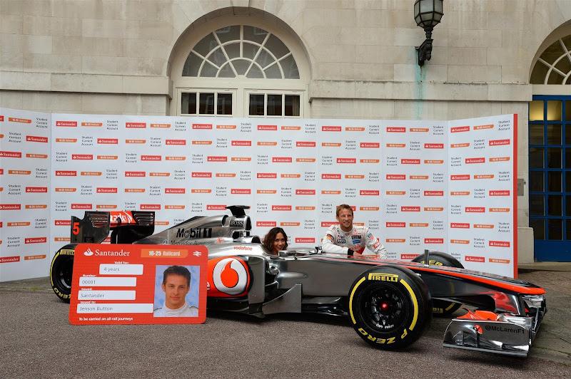британская певица Майлин Класс и Дженсон Баттон на спонсорском мероприятии Santander перед Гран-при Великобритании 2013