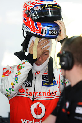 Дженсон Баттон фэйспалмит и снимает шлем на Гран-при Бразилии 2011