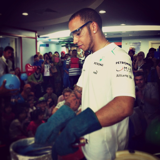 Льюис Хэмилтон проводит научный эксперимент на Гран-при Малайзии 2013