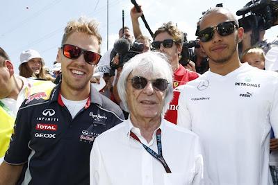 Себастьян Феттель, Берни Экклстоун, Льюис Хэмилтон и Фернандо Алонсо на трибуне с болельщиками на Гран-при Венгрии 2013