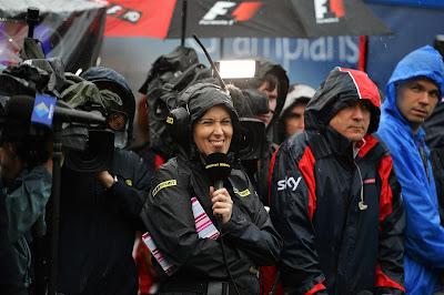 Ли Маккензи показывает язык под дождем во время квалификации на Гран-при Австралии 2013