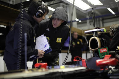 Аяо Комацу и Виталий Петров над болидом Lotus Renault на Гран-при Турции 2011