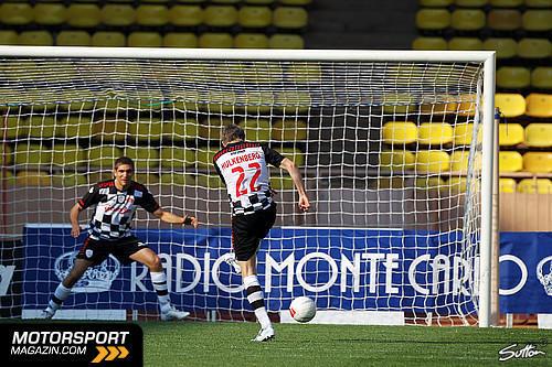 Нико Хюлькенберг бьет по воротам Виталия Петрова на благотворительном футбольном матче в Монте-Карло 2011