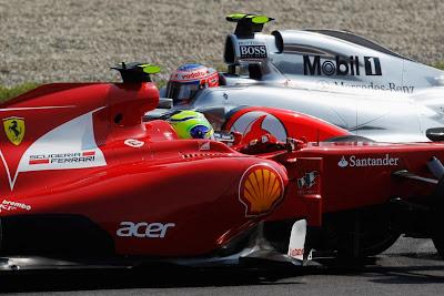 Дженсон Баттон на McLaren проезжает мимо развернувшегося Фелипе Массы на Ferrari на Гран-при Италии 2011