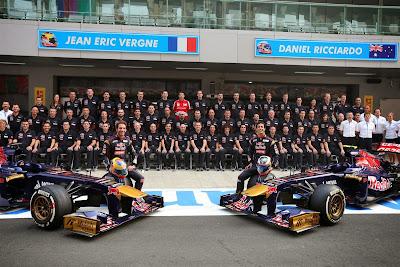 командная фото Toro Rosso с сотрудником Ferrari Гран-при Индии 2013