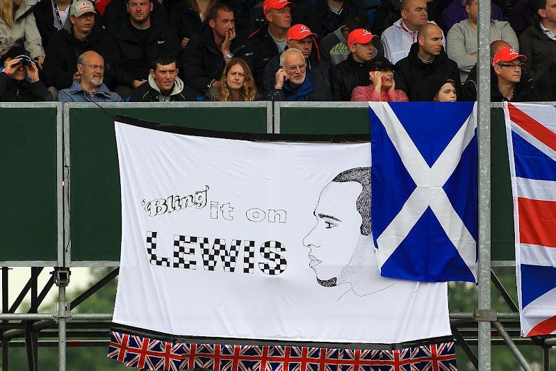 болельщики Льюиса Хэмилтона на трибунах Сильверстоуна на Гран-при Великобритании 2012