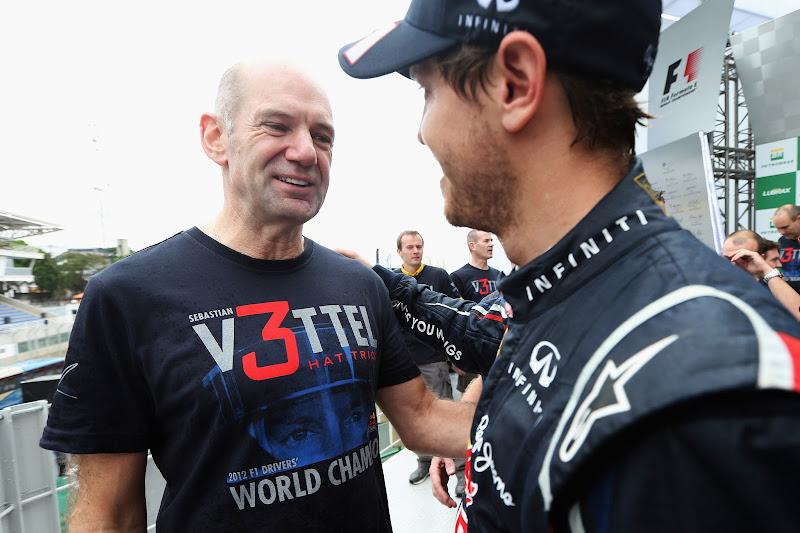 Эдриан Ньюи в футболке V3ttel поздравляет Себастьяна Феттеля с титулом после финиша Гран-при Бразилии 2012