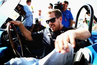 Себастьян Феттель за рулем Shelby Cobra на параде пилотов Гран-при США 2013