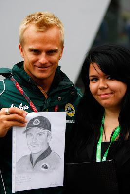 Хейкки Ковалайнен фотографируется с болельщицей и ее рисунком на Гран-при Венгрии 2011