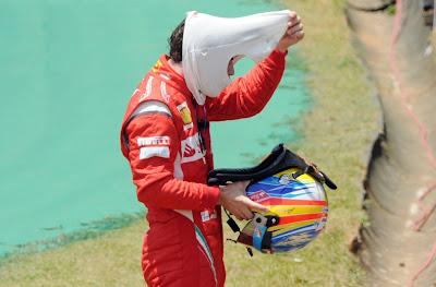 Фернандо Алонсо снимает шлем после схода во во время первой сессии свободных заездов на Гран-при Бразилии 2011