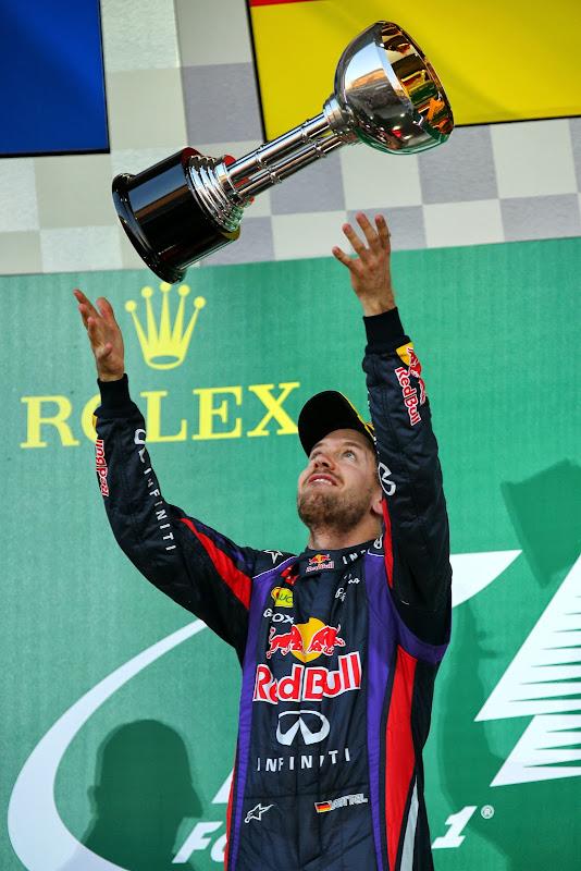 Себастьян Феттель подбрасывает кубок в воздух на подиуме Гран-при Японии 2013