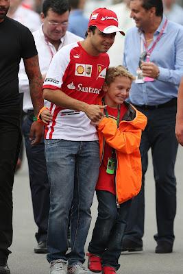 ребенок обнимает Фелипе Массу на Гран-при Италии 2013