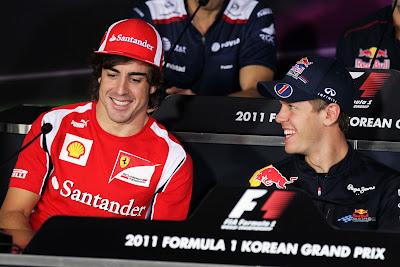 Фернандо Алонсо и Себастьян Феттель улыбаются на пресс-конференции Йонама в четверг на Гран-при Кореи 2011