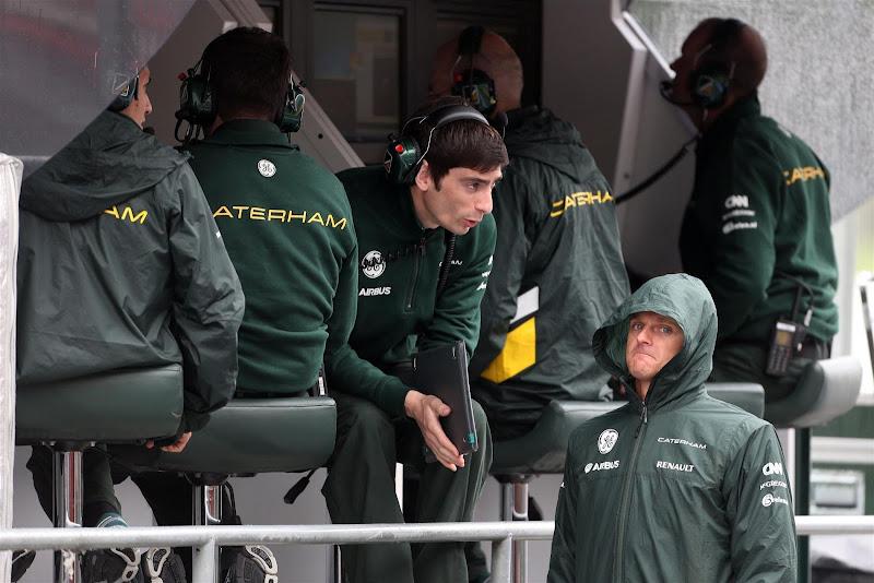 Хейкки Ковалайнен и механики Caterham на командном мостике Гран-при Испании 2013