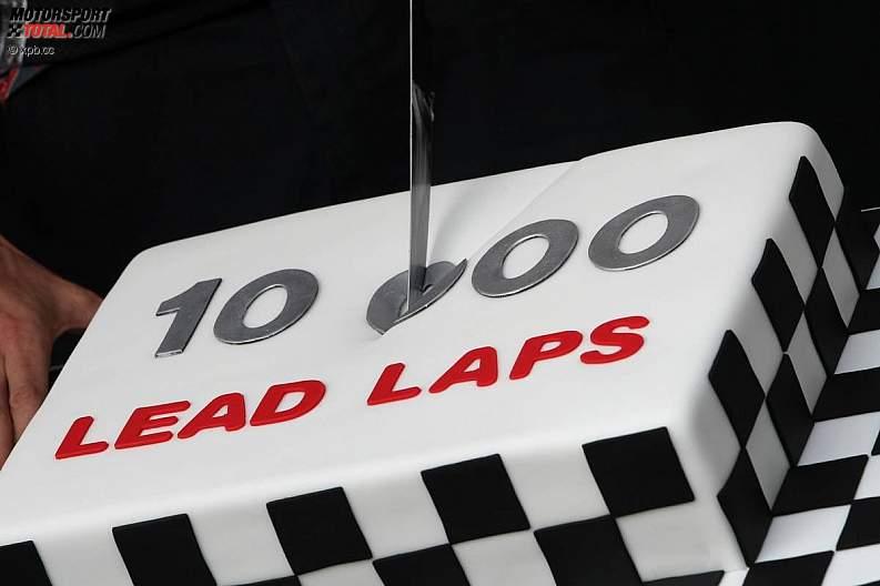 Дженсон Баттон разрезает торт от McLaren в честь 10000 круга лидирования в гонках на Гран-при Канады 2011