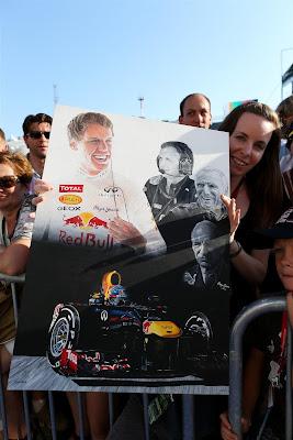 болельщица Red Bull с картиной на Гран-при Венгрии 2013